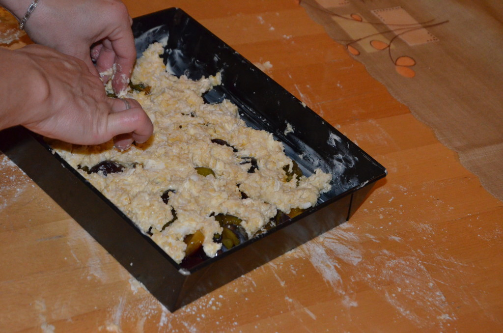 13.kolejno warstwę posiekaną nożem kładziemy na sliwki