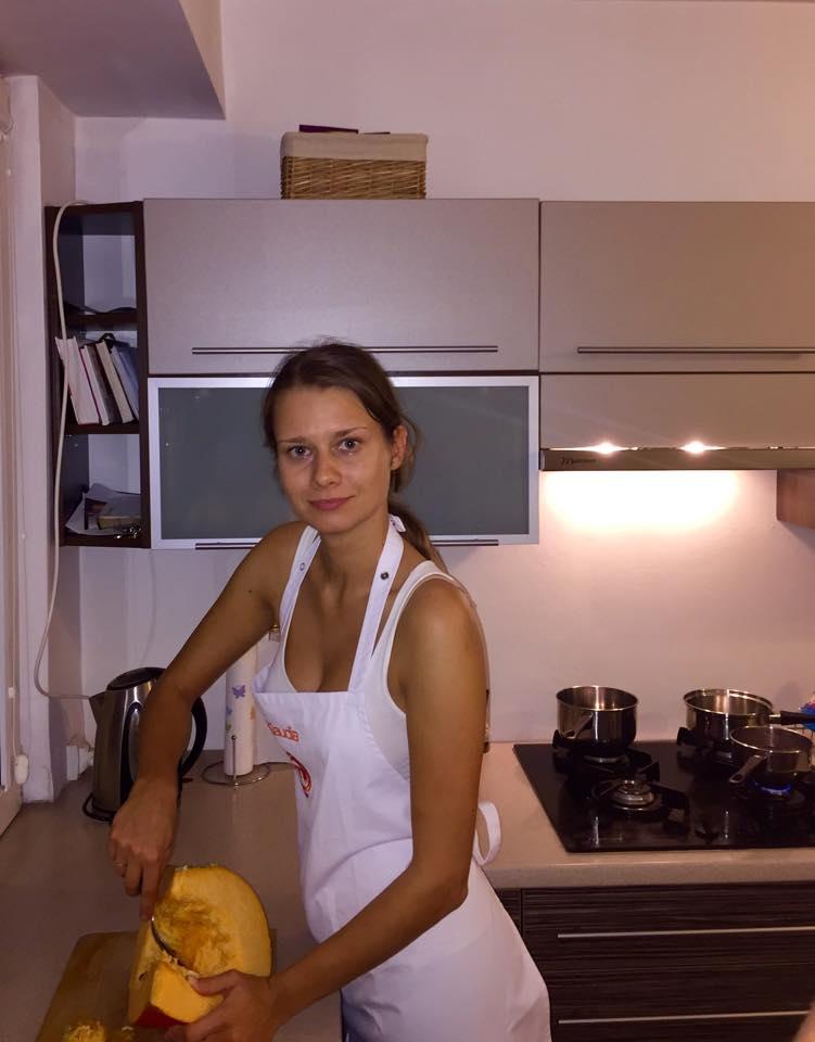Klaudia Budny z dynią przygotowanie posiłku
