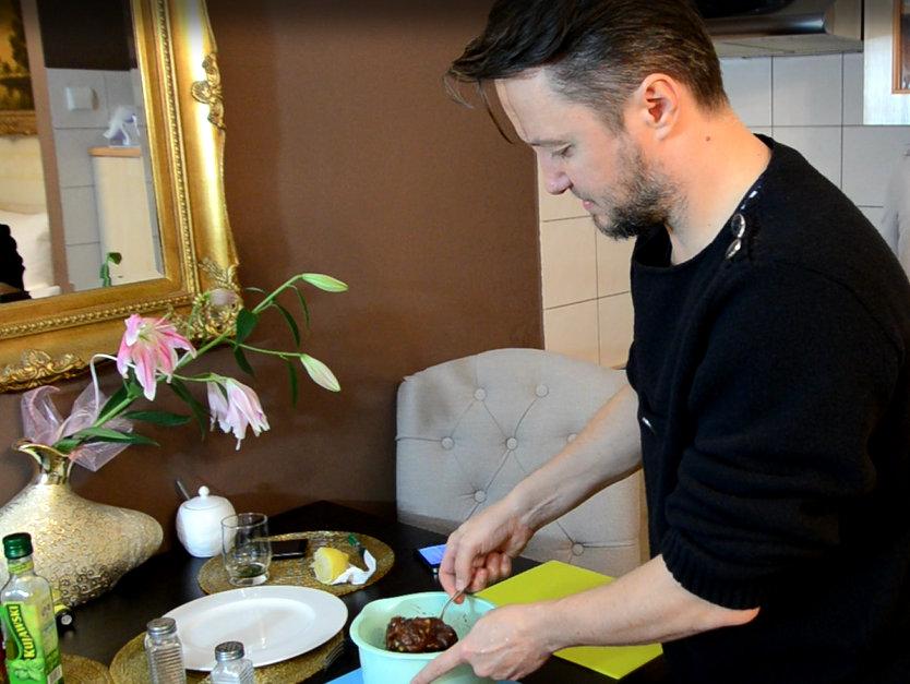 Przygotowanie salsy marynaty z mięsem