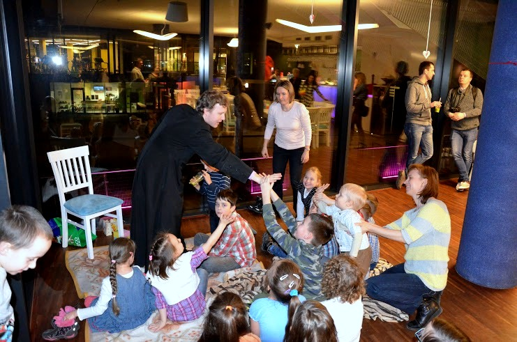 Ksiądz Karol i dzieci3