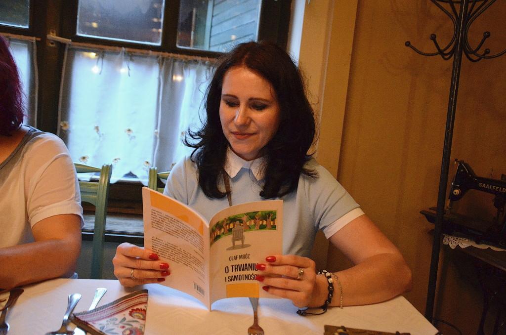 kolacja przy książce o Trwaniu i samotności